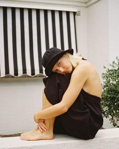Wśród nieprzemijających trendów w modzie znajduje się bucket hat.