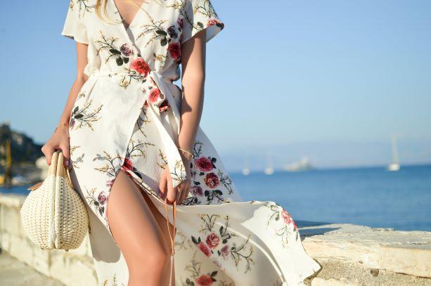 Sukienki i spódnice w kwiaty to jeden z trendów, które nigdy nie wyjdą z mody.