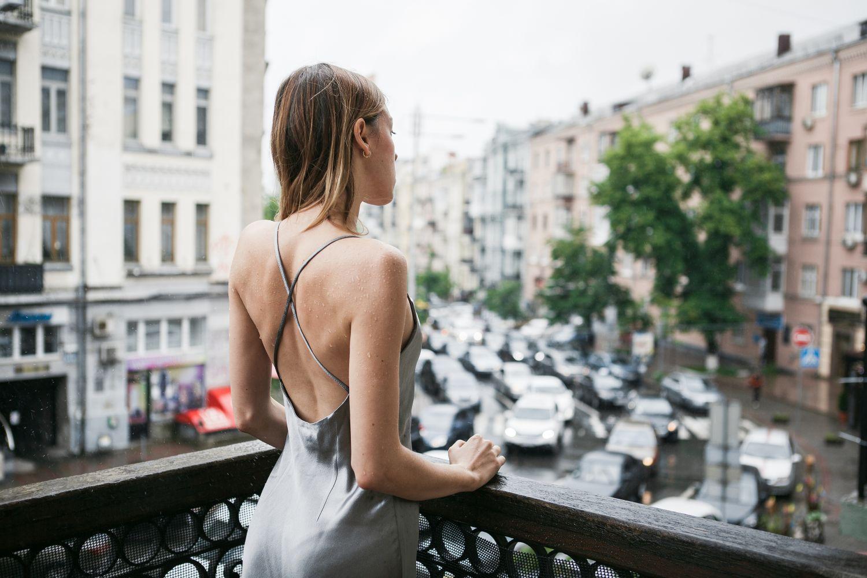 Sukienki z odkrytymi plecami - trend modowy